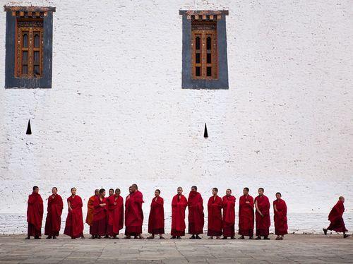 Monks-bhutan_35657_990x742